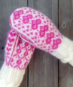 Rosasløyfe Vott pattern by Lill C. This pattern is made for charity to the Norwegian breast cancer foundation Fingerless Mittens, Knit Mittens, Mitten Gloves, Wrist Warmers, Hand Warmers, Pink October, Breast Cancer, Free Pattern, Creative