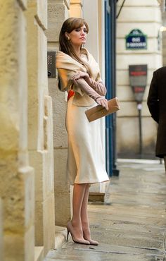 Wedding Guest Outfit Tips The Tourist ~ Angelina Jolie. Skirt and wrap. I loved this movie, and every single outfit she wore!The Tourist ~ Angelina Jolie. Skirt and wrap. I loved this movie, and every single outfit she wore! Elegantes Outfit Frau, Mode Pop, Winter Wedding Guests, Cozy Winter Outfits, Cozy Outfits, Winter Chic, Dress Winter, Classy Outfits, Summer Outfits