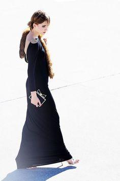 vestido largo de fiesta negro con escote en espalda y  cadena dorada para invitada boda y nochevieja de Apparentia Collection. http://www.apparentia.com/collection/ficha/1666/vestido-largo-negro-cadena-nox/