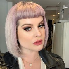 Whether you're going for a blunt bangs hairstyle or blunt haircut with bangs you need to check out this inspo before you book your appointment. Sharon Osbourne, Kelly Osbourne, Ozzy Osbourne, Blunt Haircut Medium, Blunt Bangs, Medium Hair Cuts, Short Bangs, Bob With Bangs, Haircuts With Bangs