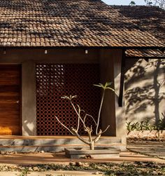 Completed in 2017 in Mannarkkad, India. Images by Ar Hamid MM. The Context More than being low budget, this house is the outcome of a realization that architecture need not be expensive and brand new. Tropical Architecture, Indian Architecture, Vernacular Architecture, Architecture Details, Natural Architecture, Modern Tropical House, Tropical Houses, Kerala House Design, Modern House Design