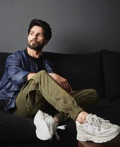 Latest pictures of Shahid and Kiara Advani from their promotion of Kabir Singh. - Shahid Kapoor and Kiara Advani's movie Kabir Singh is about to release within five days and the s - Best Poses For Men, Best Photo Poses, Good Poses, Poses For Boys, Portrait Photography Men, Photography Poses For Men, Portrait Poses, Photography Jobs, Product Photography