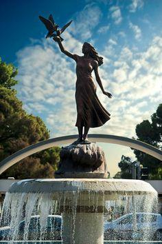 en sevdiğim heykel; arabayla adanın etrafında dönerken özgür birşeyler hissettiriyor insana