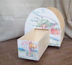 Libreria per bambini in stile montessoriano, con rotelle e cassetto. Realizzata in legno robusto e personalizzata su richiesta -- Metodo Montessori per l'apprendimento dei bambini #montessori #montessoriano #mobilibambini