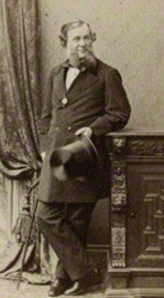 James Yearsley (Cheltenham 1805 🇬🇧 1869 Londres). Cirujano otólogo fundó el primer centro hospitalario especializado en ORL en 1838, el Metropolitan Ear , Nose and Throut en Kensington. Inventó un tímpano artificial con algodón y lana para cerrar perforaciones.