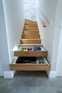 Cipőtároló fiókok az alsó lépcsőfokokban