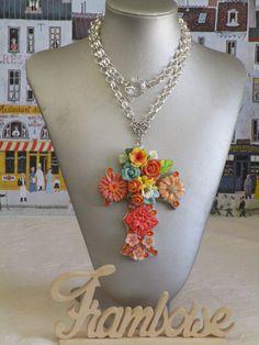 """Collier pendentif """"série de croix fleuries"""" couleur orange de la boutique framboisefrancoise sur Etsy"""