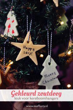 Zo maak je gekleurd zoutdeeg. Leuk als (kerstboom)hangers, in plaats van kerstkaartjes of om een cadeau mee te versieren.