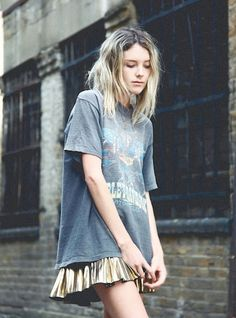 A metallic grunge look - love the tshirt with the gold skirt x Grunge Fashion, Look Fashion, Womens Fashion, Fashion Trends, 90s Fashion, Street Fashion, Mode Style, Style Me, Mode Sombre
