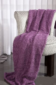 Měkký přehoz na sedací soupravu ve fialové barvě