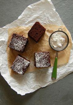 Chocolate Ovaltine snacking cake / Bolo de chocolate e Ovomaltine para o lanche