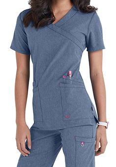 Smitten Glam crossover scrub tops feature curved-top double-entry pockets, shaping bust darts and side slits. Scrubs Outfit, Scrubs Uniform, Diy Blouse, Stylish Scrubs, Iranian Women Fashion, Scrub Jackets, Curve Tops, Medical Scrubs, Nursing Scrubs