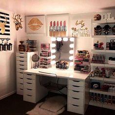 Pinterest: @claudiagabg Diy Desk To Vanity, Vanity Ideas, Makeup Vanity With Drawers, Makeup Vanity Organization, Diy Vanity Mirror With Lights, Diy Makeup Vanity, Vanity Room, Makeup Storage, Cute Makeup