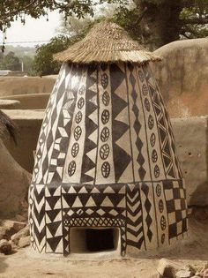 Grainery, with ground entrance for the chicken that helps remove bug pests. The royal court Tiébélé, Burkina Faso Cultural Architecture, Vernacular Architecture, Art And Architecture, Fresco, Single Apartment, African House, Afrique Art, Arte Tribal, Art Premier