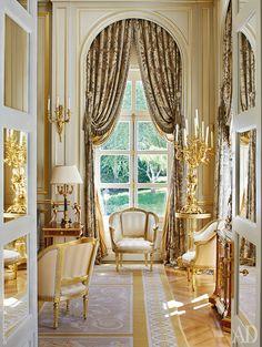 Позолоченная буазери, антикварные бержеры, парчовые шторы: интерьер Восточной гостиной выглядит словно уголок Большого Трианона.