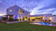 Casa Kopche / Grupo Arquidecture Esta casa de estilo contemporáneo es un hogar moderno de líneas puras minimalistas, en cuyo diseño ha sido primordial la c