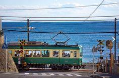 """""""江の電""""という愛称で地元民にも観光客にも愛されている「江ノ島電鉄」は、鎌倉や江ノ島の主要な観光地をまわるのに便利な電車。レトロな電車は鎌倉駅から藤沢駅までの10kmをつなぎ、車内からは美しい海や周辺の景色を眺めることができます。一度乗ったら江の電の魅力にはまってしまう人も多数!筆者も江の電の海を眺められる席に座って周辺散策をのんびりするのが大好きです♩今回は江の電周辺で途中下車してみたいオススメスポットをご紹介いたします。"""