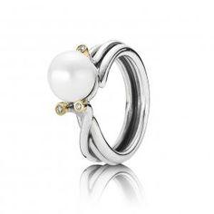 Anillo de perla y diamantes de Pandora por 185€.
