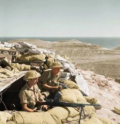 Colourised Photos : British soldiers of the Battalion, Leicestershire Regiment man a Bren gun in defences around Tobruk, Libya. of November British Soldier, British Army, Military Photos, Military History, North African Campaign, Afrika Korps, Man Of War, War Image, Military Modelling