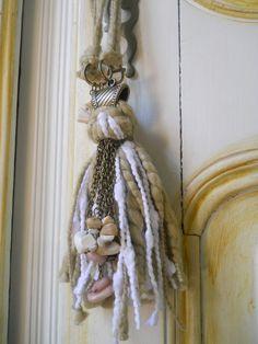 Tassel Curtains, Tassel Jewelry, Shabby Cottage, Weaving Techniques, Diy Christmas Gifts, Crochet Flowers, Fiber Art, Embellishments, Tassels
