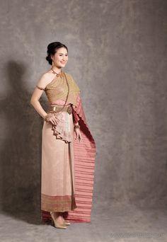 เจ้าสาวแต่งไทย... เคียนอกห่มสไบอย่างไทยโบราณ Thai Traditional Dress, Traditional Outfits, Thai Wedding Dress, Wedding Dresses, Thai Dress, Thai Style, Vogue Magazine, Glamour, Fashion Outfits