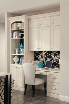 Idées Décoration Cuisine : A built-in desk with bookcase and cabinets creates a seamless home office in a kitchen corner. A built-in desk with bookcase Home Office Space, Home Office Design, Home Office Decor, Home Design, Interior Design, Home Decor, Design Ideas, Office Ideas, Interior Office