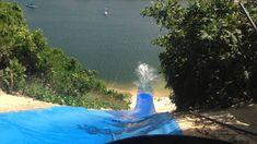 Foto: Melina Garcia. Para as famílias mais aventureiras, recomendamos conhecer a Lagoa de Jacumã, no município de Extremoz e a 42km do nosso hotel em Natal. Lá você vai encontrar uma divertida variedade de entretenimento, o mais famoso é o skibunda, que você desce na duna com uma prancha ou lona e deságua no rio. Rio Grande Do Norte, Outdoor Decor, Pedal Boat, The Shallows, Quad, Kayaking, Pictures