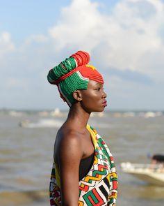 Ismelda Sevetia, une jeune femme Ndyuka avec une coiffure tressée avec les couleurs du drapeau surinamien. Fête des Marrons, Albina, Suriname 2014. © Nicola Lo Calzo