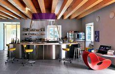 Colored kitchen / touches de couleurs dans la cuisine | More photos http://petitlien.fr/cuisinescotesud