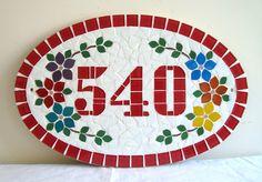 Numero residencial em mosaico, tamanho oval grande (44x28). Cliente pode escolher cor da borda e do número. O mosaico é realizado em cima de um piso e deverá ser fixado na parede com argamassa.Ou poderá ser feito 2 furos para parafusar a pedido do cliente.
