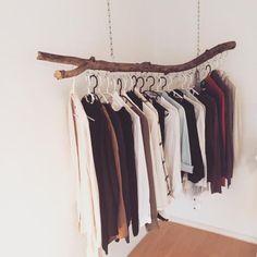 Frei hängende Kleiderstange als schöne und einfache DIY-Idee. Wohnen in…