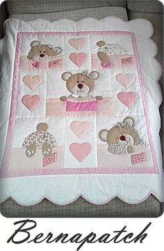 Bernapatch pic onlyCute pink little girl's quilt with teddy bears and a sense of humour. Love the little bear tails.Learn how to make cute blankets with the patchwork technique ~ lodijoellaThis post was discovered by Vi Quilting Projects, Quilting Designs, Sewing Projects, Baby Girl Quilts, Girls Quilts, Cot Quilt, Children's Quilts, Patchwork Baby, Patchwork Quilting