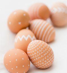 12 originálních nápadů, jak nabarvit velikonoční vajíčka White Paint Pen, Brown Eggs, Egg Designs, Egg Decorating, Paint Pens, Natural Brown, Kids And Parenting, Easter Eggs, Origami