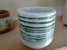 Cilindro retorneado con marcas de herramienta, pintado con carbonato de cobre y esmalte blanco.  Facundo lo usa de portalápices en su escritorio.