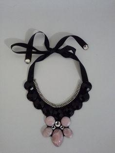 Colar com feltro e fita de cetim na cor preta, pedras pretas e rosas, com aplicação de strass.