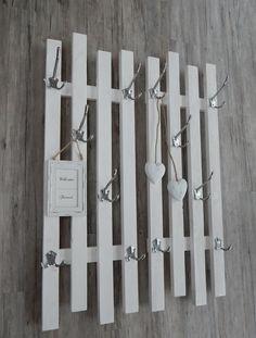 Variable Garderobe mit 4 großen Aluhaken in silber oder wahlweise in schwarz oder weiss, welche jeweils 3 Aufhänger haben sowie 2 kleineren Aluhaken, mit je 2 Aufhängern.Massive und stabile...