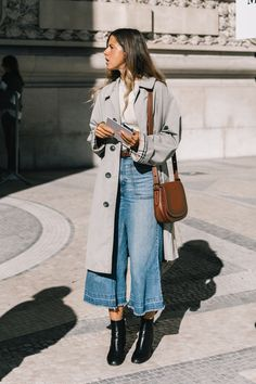 wide leg denim with a trench and booties - fall street style 2018 Wide Leg Denim mit Trenchcoat und Street Style 2018, Looks Street Style, Zendaya Street Style, Street Chic, Parisian Street Style, Minimalist Street Style, Nyfw Street Style, Street Style Trends, Spring Street Style