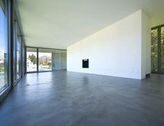 Als Beton Ciré bezeichnet man eine speziell mit Kunstharzmilch versetzte Beton-Bodenschicht für den Wohn- oder Badezimmerbereich, der wasserfest ist...