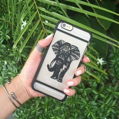 Carry the spirit of elephants with you, symbolizing strength and loyalty. This case snaps perfectly on your phone to protect it against minor bumps. Colour: Black High quality polycarbonate material C