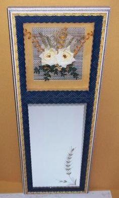 Espejo enmarcado con flor seca