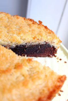 """Den här kakan är """"to die for"""". Jag kan lova dig att de du bjuder denna på kommer alla att humma högljutt av välbehag, eller så äter du den själv. :) En kaka som liksom har allt. Kladd, crunch och choklad. Vad mer kan man begära? Bara jag kikar på bilderna nu så känner jag smaken i munnen. MUMS!"""