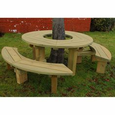 Tree seats or picnic tables never looked – or felt – this good. A smooth, rounded and big fun tree seat and picnic table – all in one Backyard Patio Designs, Backyard Projects, Garden Projects, Backyard Landscaping, Patio Ideas, Tree Seat, Tree Bench, Diy Garden Furniture, Street Furniture