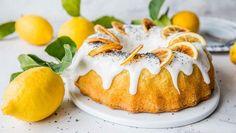 Saftig sitronkake i form er lett å lage og lett å like. For prikken over i-en kan du pynte kaken med karamelliserte og tørkede sitronskiver - sjekk oppskriften nederst. Bruk en randform, cirka 2 liter. Tips: En vaniljestang kan erstattes med 1,5 ts ekte vaniljesukker. Potato Flour, Norwegian Food, Panna Cotta, Sweet Treats, Cheesecake, Muffin, Food And Drink, Lemon, Pudding