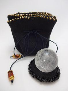 Esfera de Cristal de Quartzo com ótima transparência.  Acompanha linda bolsa de feltro, toda na cor preto.  Bola de cristal: 3,5 cm de diâmetro e 60g  Bolsa de feltro: 22cm de diâmetro