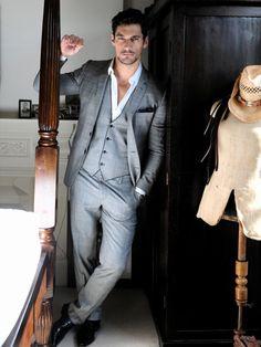 3 piece suit. Moderno. Bem moderno. Mas pode ser contido. Talvez para uma…