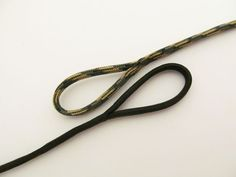An eye splice creates a permanent loop in a single strand without any knots. This method is more appropriately called Long Bury Splicing. You can read more about it here. Since paracord . Paracord Tutorial, 550 Paracord, Bracelet Tutorial, Survival Tools, Survival Prepping, Wilderness Survival, Survival Stuff, Emergency Preparedness, Paracord Projects