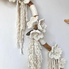 Macrame flowers wall hanging, macrame flower, modern macrame, wall hanging with flowers, bohemian wall hanging Macrame Wall Hanging Diy, Hanging Flower Wall, Macrame Art, Macrame Projects, Micro Macrame, Macrame Design, Macrame Patterns, Boho Diy, Crochet