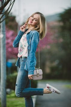darya kamalova thecablook fashion lifestyle russian italian blogger wears total guess jeans myguess look with valentino rockstud glamrock cipria pale rose bag-4681