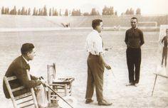 EL VALENCIA DE EDUARDO CUBELLS: Eduardo Cubells posa en el campo del Mestalla para el pintor Martín Vidal Corella.