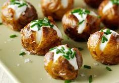 Wedding Food Mini jacket potatoes topped with sour cream and chives make for a appetising and cheap canapé! - Bake up some new potatoes and top with soured cream and chives for a bite-sized, simple canapé Christmas Canapes, Christmas Buffet, Christmas Party Food, Xmas Food, Christmas Christmas, Thanksgiving Holiday, Appetizers For Christmas Party, Christmas Nibbles, Spanish Christmas